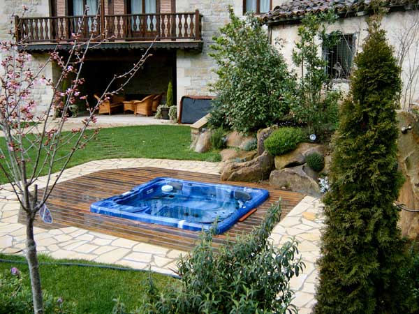 Jardines con piscina for Ideas para decorar un jardin con piscina