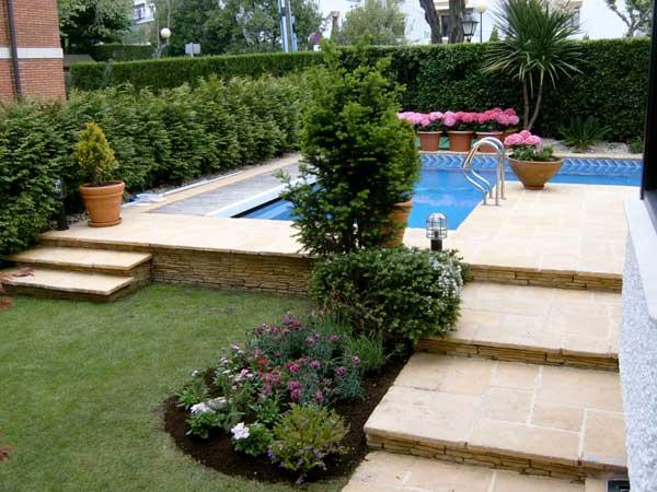 Jardines con piscina for Jardines alrededor de piscinas